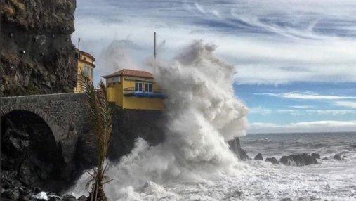 Ураган Лесли бушует в Португалии: впечатляющие фото и видео многометровых волн