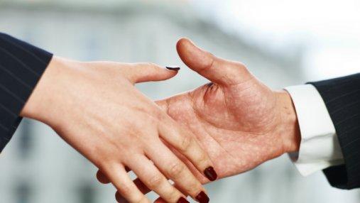 В Швейцарии мусульманской паре отказали в гражданстве из-за рукопожатия