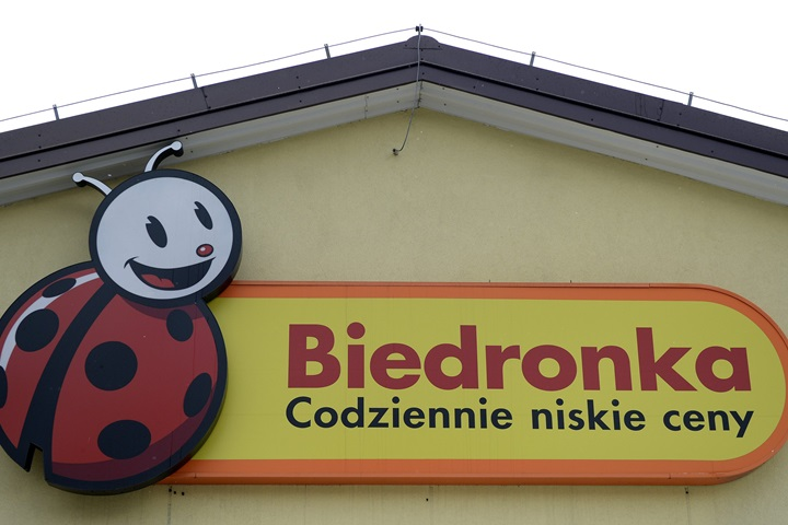 Polish discount retailer Biedronka boosts sales by 13.2 pct in 2017