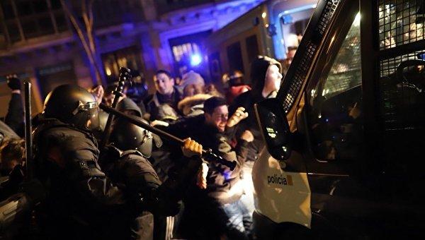 В Барселоне вспыхнули столкновения между полицией и протестующими
