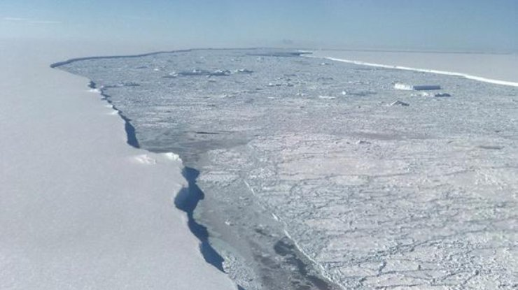 NASA показало аэроснимки гигантского айсберга Антарктиды (фото)