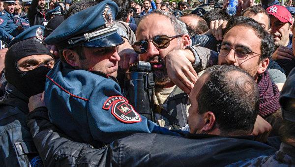 Протесты в Ереване: задержаны уже почти 300 демонстрантов