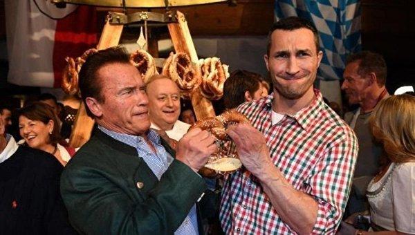 Шварценеггер и Кличко подрались за крендель на вечеринке в Австрии