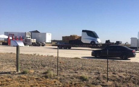 Tesla Semi: в Сеть «слили» фото первого беспилотного грузовика