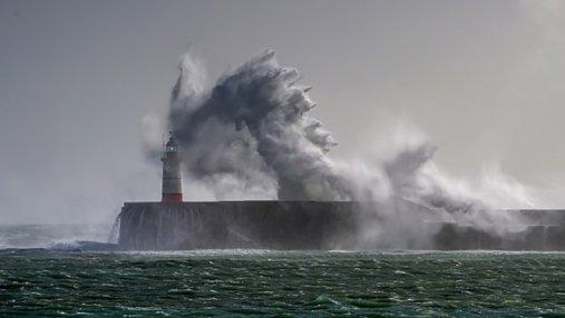 Великобритания страдает от мощного шторма: появились фото
