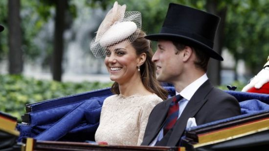 Елизавета II лишила сына Чарльза короны