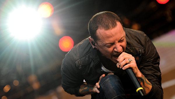Бутылка со спиртным найдена рядом с телом вокалиста Linkin Park - СМИ