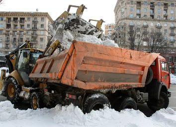 Почти 290 единиц техники убирают снег в Киеве