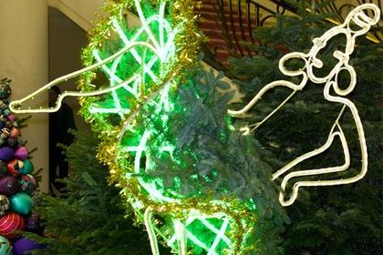 Жан-Поль Готье создал танцующую канкан рождественскую елку (ФОТО)