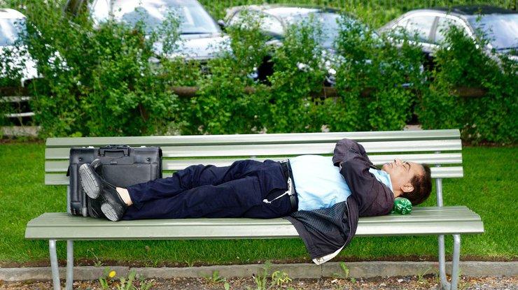 Сон на спине смертельно опасен - ученые