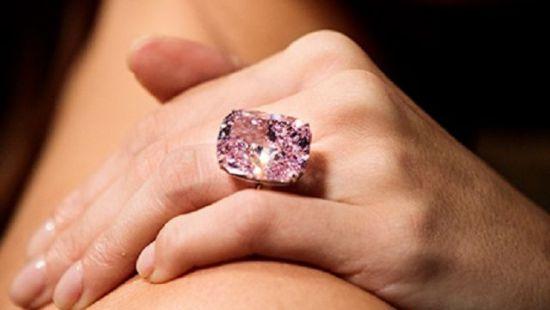 На известном аукционе выставили уникальный розовый бриллиант (ФОТО)
