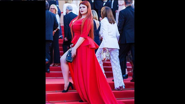Скандал в Каннах: модель потеряла юбку на красной дорожке (видео)