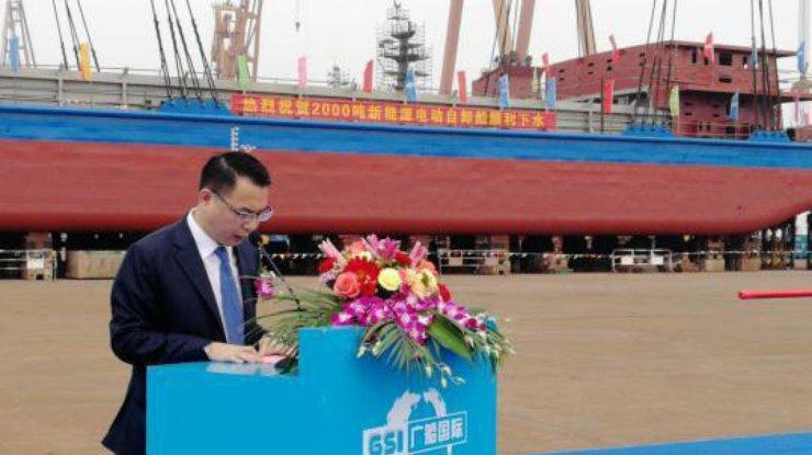 Китай спустил на воду первое в мире электросудно (фото)