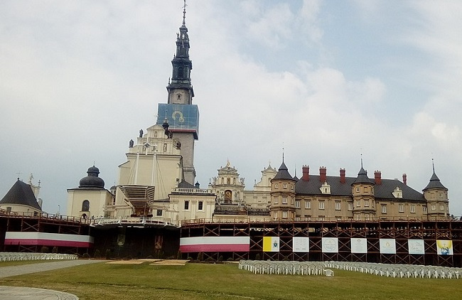 Thousands of pilgrims arrive at Polish shrine ahead of Catholic feast