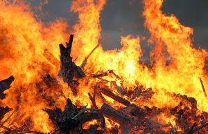 На Русановских садах в Киеве горит частный дом, пожар распространился на 500 кв.м