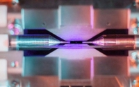 Британський фізик сфотографував один атом на звичайну камеру