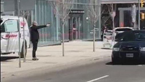 Наезд на пешеходов в Торонто: опубликовано видео задержания вооруженного злоумышленника