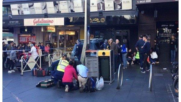 В Сиднее автомобиль протаранил магазин, есть раненые