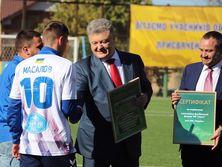 Порошенко и Павелко вручили Масалову сертификат на строительство стадиона