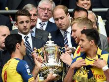 Уильям Кембриджский вручает трофей победителям Кубка Англии 2015 года, игрокам Арсенала