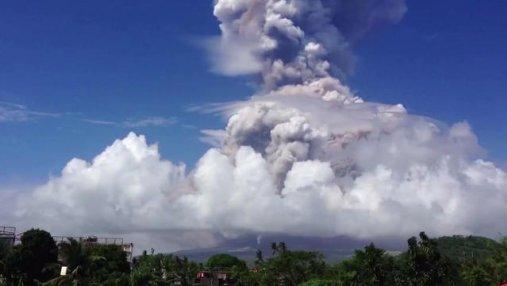 На Филиппинах произошло извержение вулкана: фото и видео