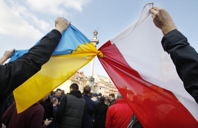 Это не дискриминация: Польская компания объяснила, почему украинцев обязали носить сине-желтую форму