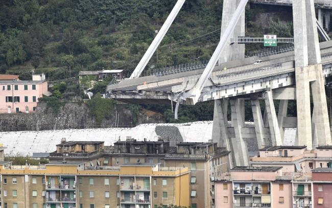 Количество погибших в результате падения моста в Генуи увеличилось до 30
