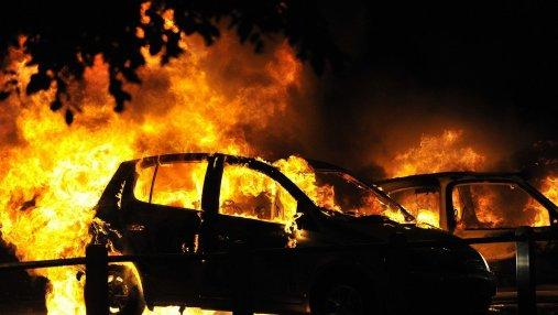 В городах Швеции неизвестные в масках подожгли десятки автомобилей: видео