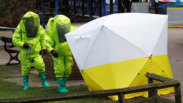 Полиция Британии вывезла скамейку, на которой нашли Скрипалей