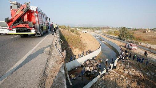 В Турции грузовик упал с моста: много погибших и пострадавших