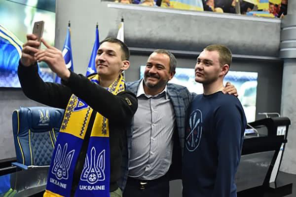 Освобожденным из плена болельщикам Зари предложили работать в Федерации футбола