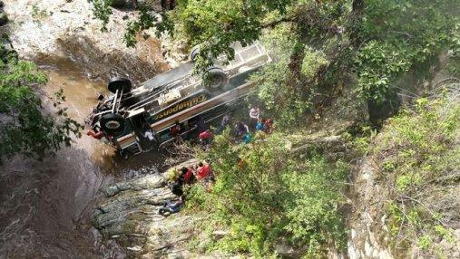 В Гватемале автобус со студентами сорвался с обрыва: много погибших