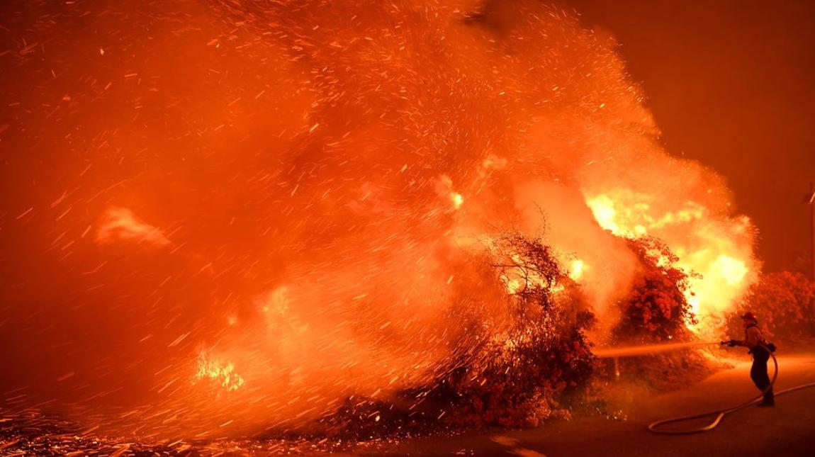 Пожар в Южной Калифорнии: Власти предупредили об опасности быстрого распространения огня из-за сильного ветра