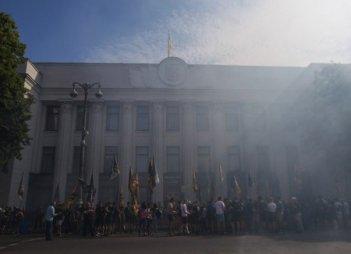 Близько тисячі осіб під прапорами СДП і СП мітингують біля будівлі ВР за підвищення соцстандартів