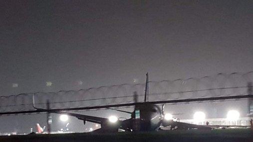 У самолета китайского авиаперевозчика при посадке оторвался двигатель