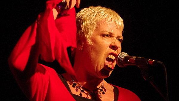 Панк-певица созналась, что ее домогался Бенни Хилл