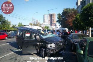 Масштабное ДТП в Киеве: водителя иномарки спасатели доставали из кабины