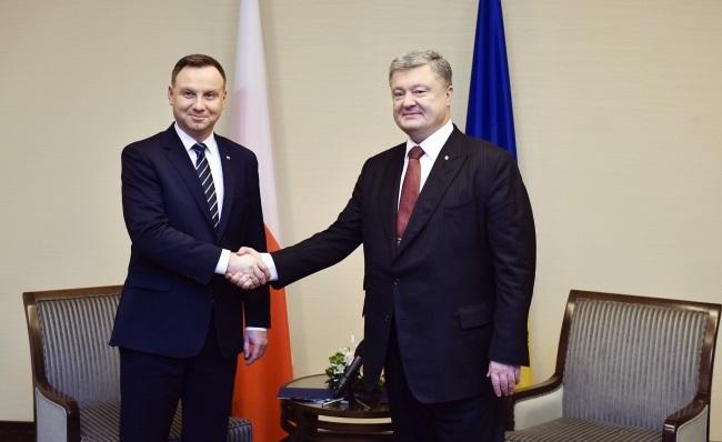 Дуда и Порошенко обсудили возможность отмены запрета на эксгумацию поляков