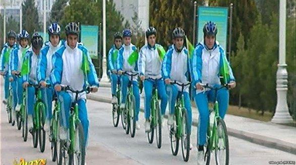 Туркменских чиновников заставляют покупать велосипеды белого цвета