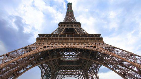 Появилось видео, как Эйфелева башня погасла в память о жертвах теракта (видео)