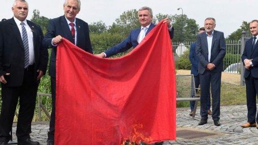 Президент Чехии устроил шоу для журналистов и сжег большие красные трусы: видео