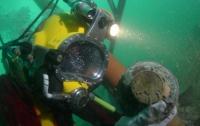 На затонувшем торговом судне обнаружили необычные серебряные монеты