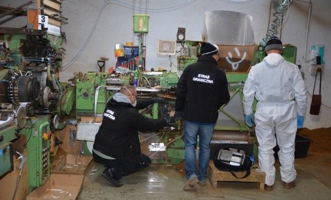 Громадяни України працювали у Польщі на великій нелегальній фабриці цигарок