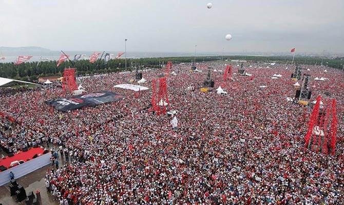 В Стамбуле миллионы людей вышли поддержать оппозиционного кандидата Мухаррема Инсе