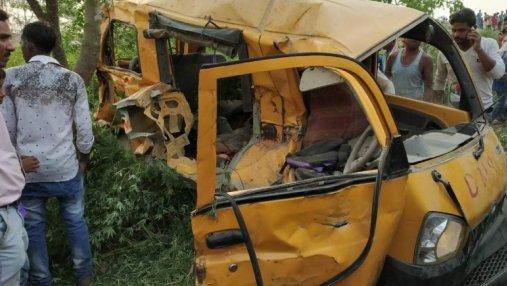 В Индии поезд снес школьный автобус на железнодорожном переезде: погибли 13 детей