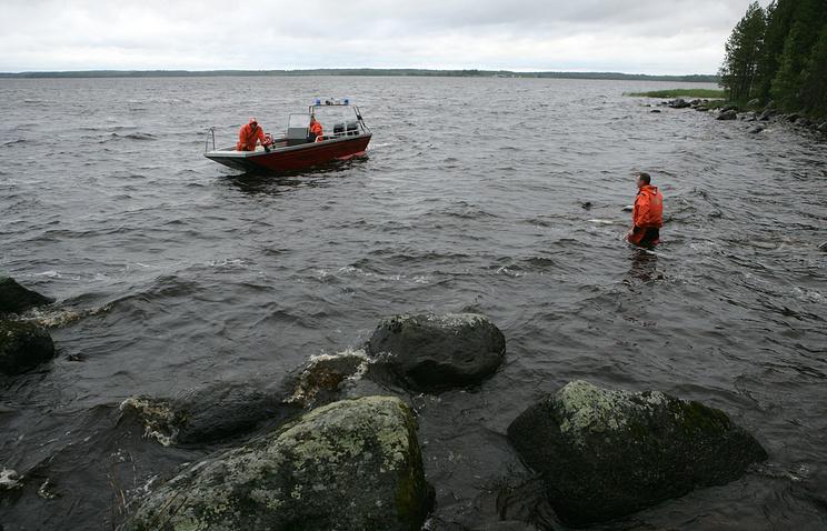 В Карелии перевернулась лодка с подростками, трое детей погибли