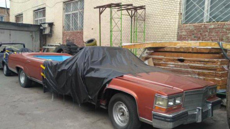 В Киеве заметили ретро-лимузин с огромным бассейном (фото)