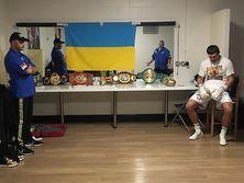 Усик (крайний справа) сохранил свои титулы