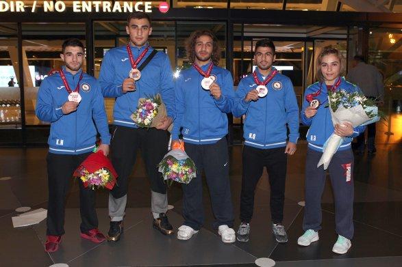 Триумфаторы чемпионата мира по дзюдо вернулись в Баку фото