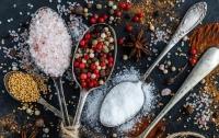 Диетологи сказали, кому нельзя есть соль